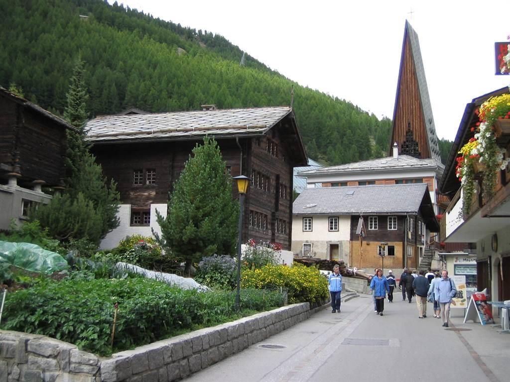 Dorfstrass mit Kirche