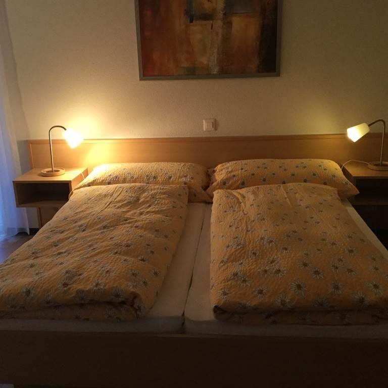 Schlafzimmer mit Dusche und Lavabo