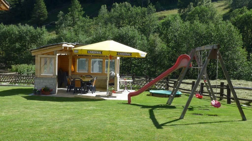 Pergola mit kleinem Kinderspielplatz