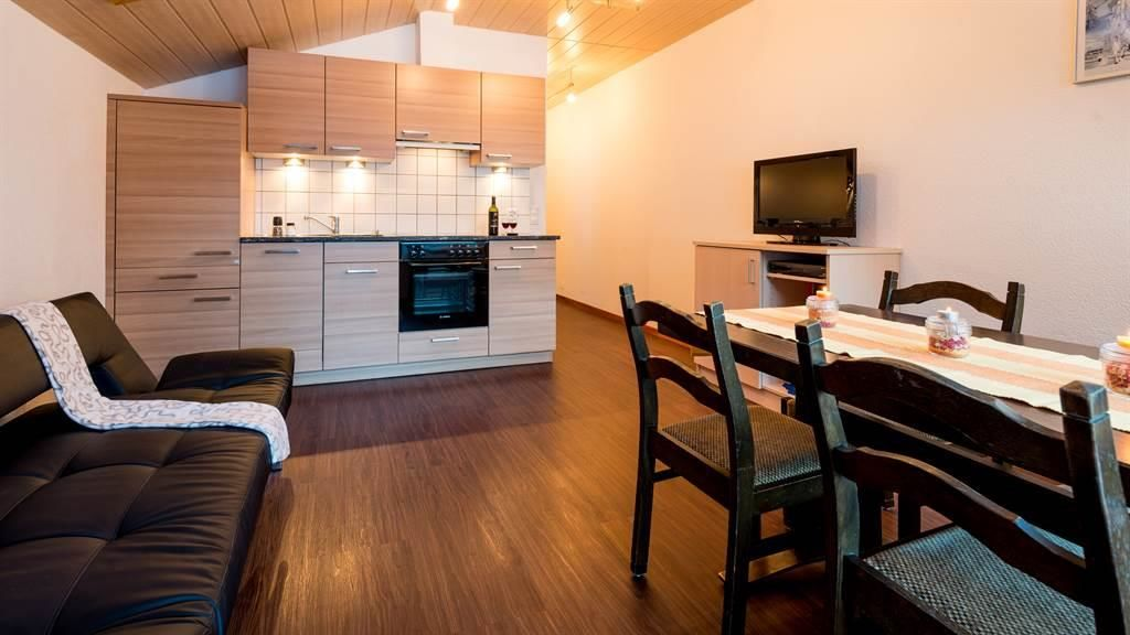 Küche mit Ess- und Wohnraum