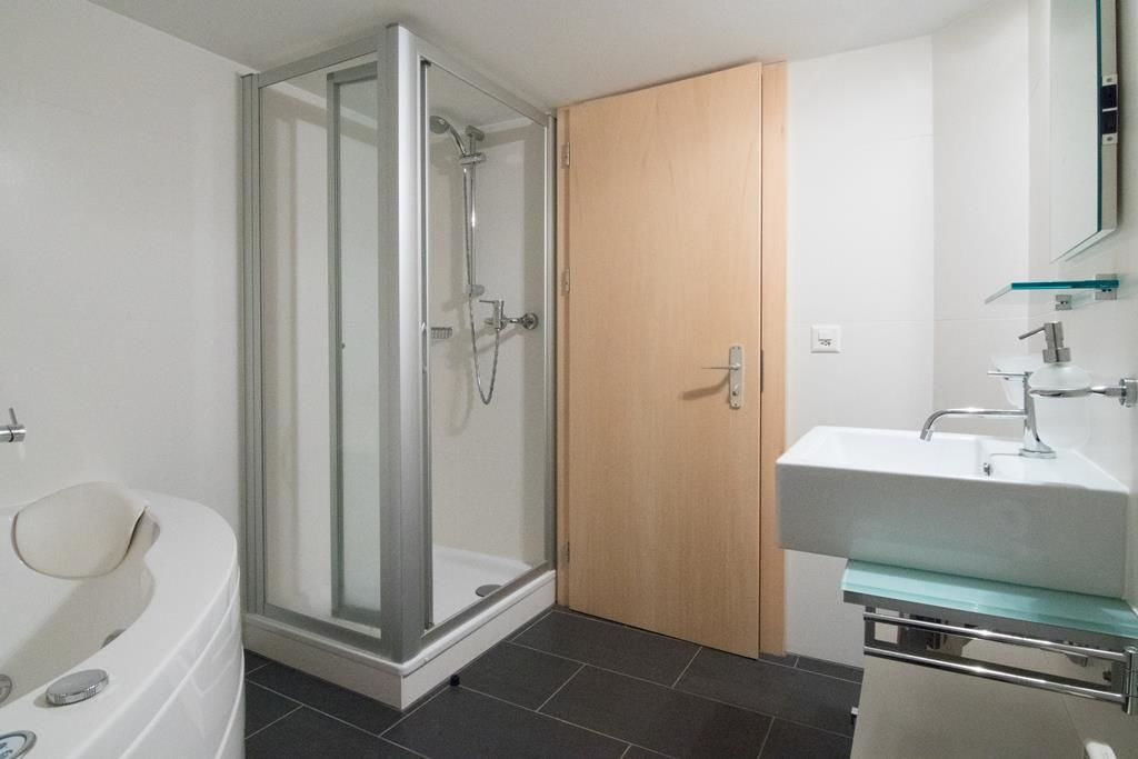 Badezimmer mit Jacuzzi-Badewanne 2