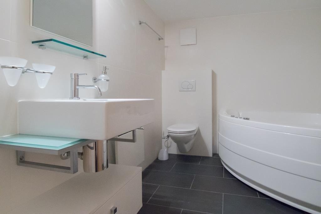 Badezimmer mit Jacuzzi-Badewanne