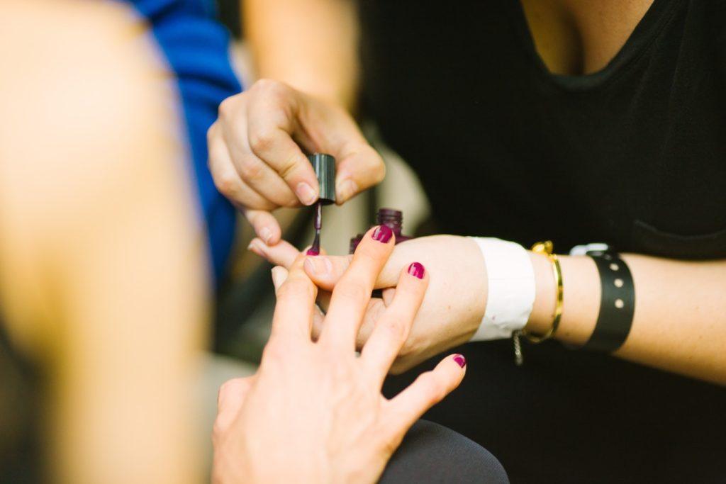 8 причин, почему на ногтях не держится гель-лак