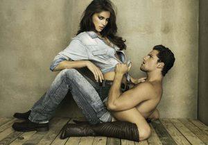 Женщина сидит верхом на мужчине
