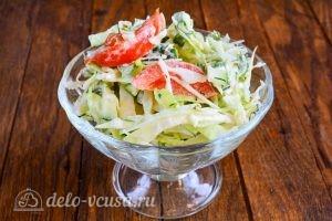 Салат из капусты, огурцов и помидоров: Выложить в блюдо