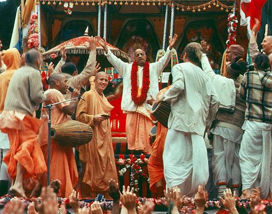 srila-prabhupada-with-devotees_ejzpc4