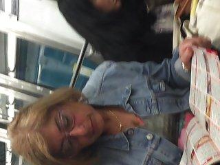 Блондинка зрелая телок в метро с лицом