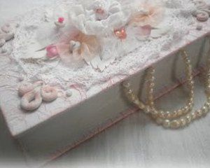 Книга-шкатулка с цветочками и бусинами