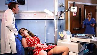 Доктор получает минет и трахается с пациенткой в кабинете на работе