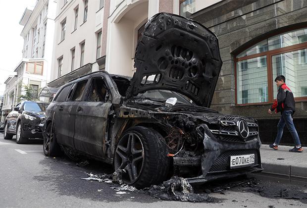 Сгоревшая машина около офиса адвокатской конторы Константина Добрынина