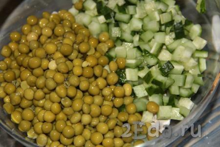 Консервированный зеленый горошек (без жидкости) добавить в салат из курицы и свежего огурца.