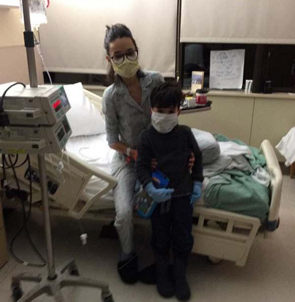 Стелла Барановская в больничной палате с сыном