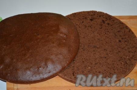 Готовый бисквит достаём из формы, даём остыть, а затем разрезаем вдоль пополам. У нас получатся 2 коржа.