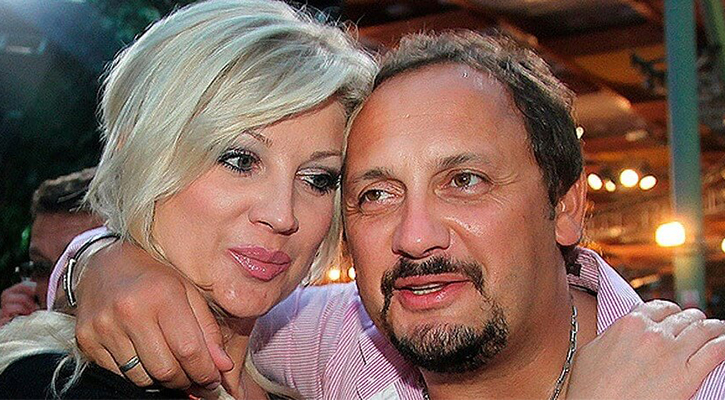 Михайлов Певец обнимает супругу