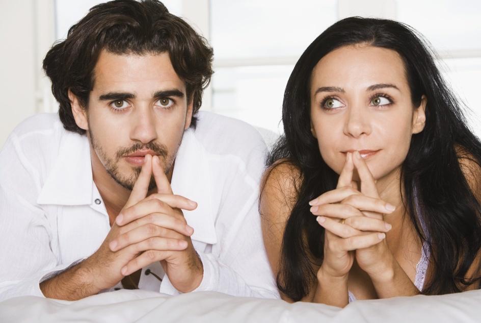 Мужчина и женщина с мыслями друг о друге