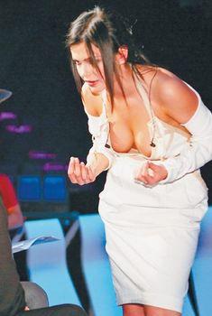 Налитая грудь Бритни Спирс в глубоком декольте в Малибу