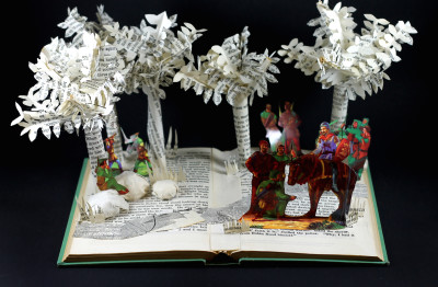 robin_hood_book_sculpture_above_cn9rdd
