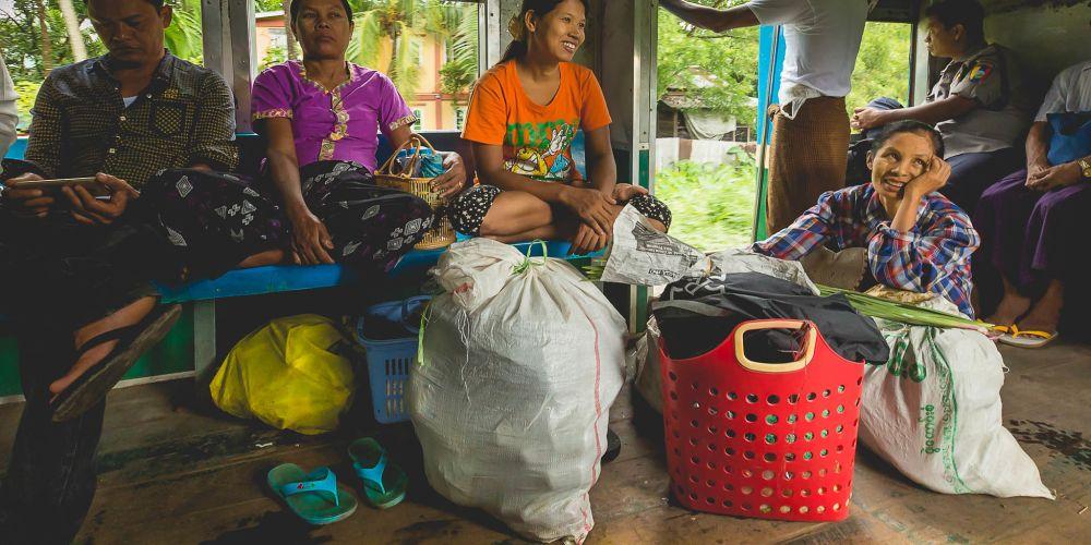 myanmar_locals_on_train