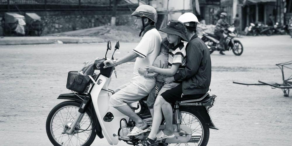 vietnam_motorbike_family