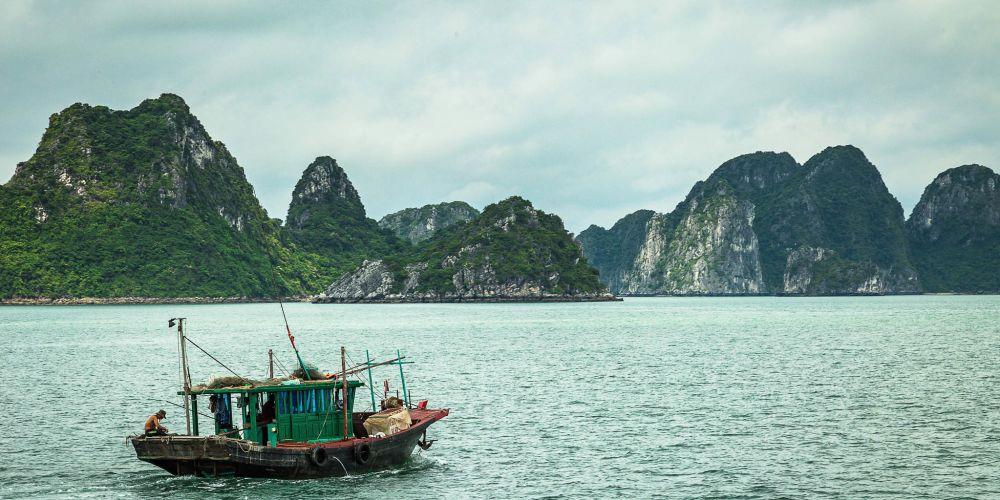 traditional_boat_halong_bay_vietnam