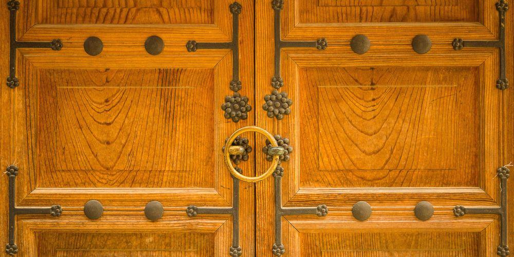 Wooden_Palace_Doors_South_Korea