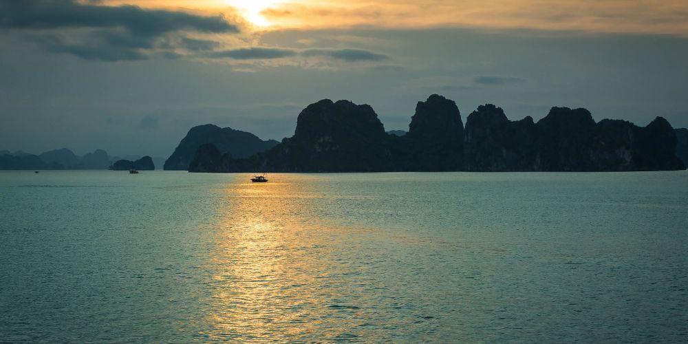 halong_bay_vietnam_sunset