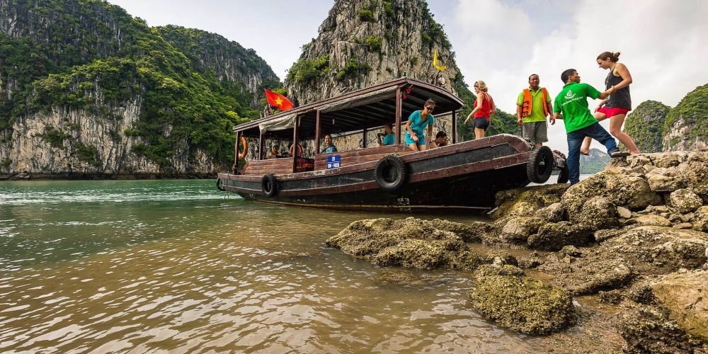ferry_boat_halong_bay_vietnam