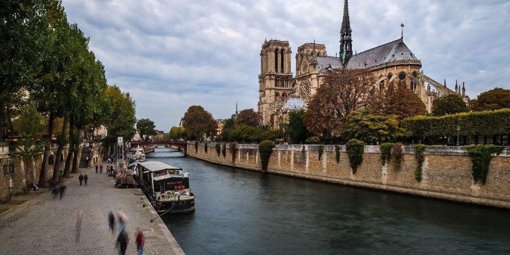 notre_dame_seine_river