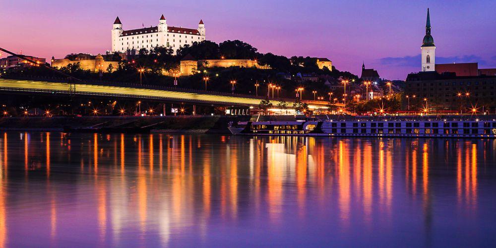 bratislava_slovakia_danube_night