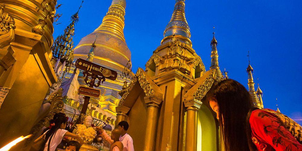 lighting_candles_shwedagon_myanmar