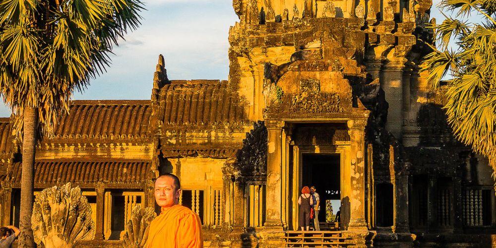 cambodia_angkor_wat_monk