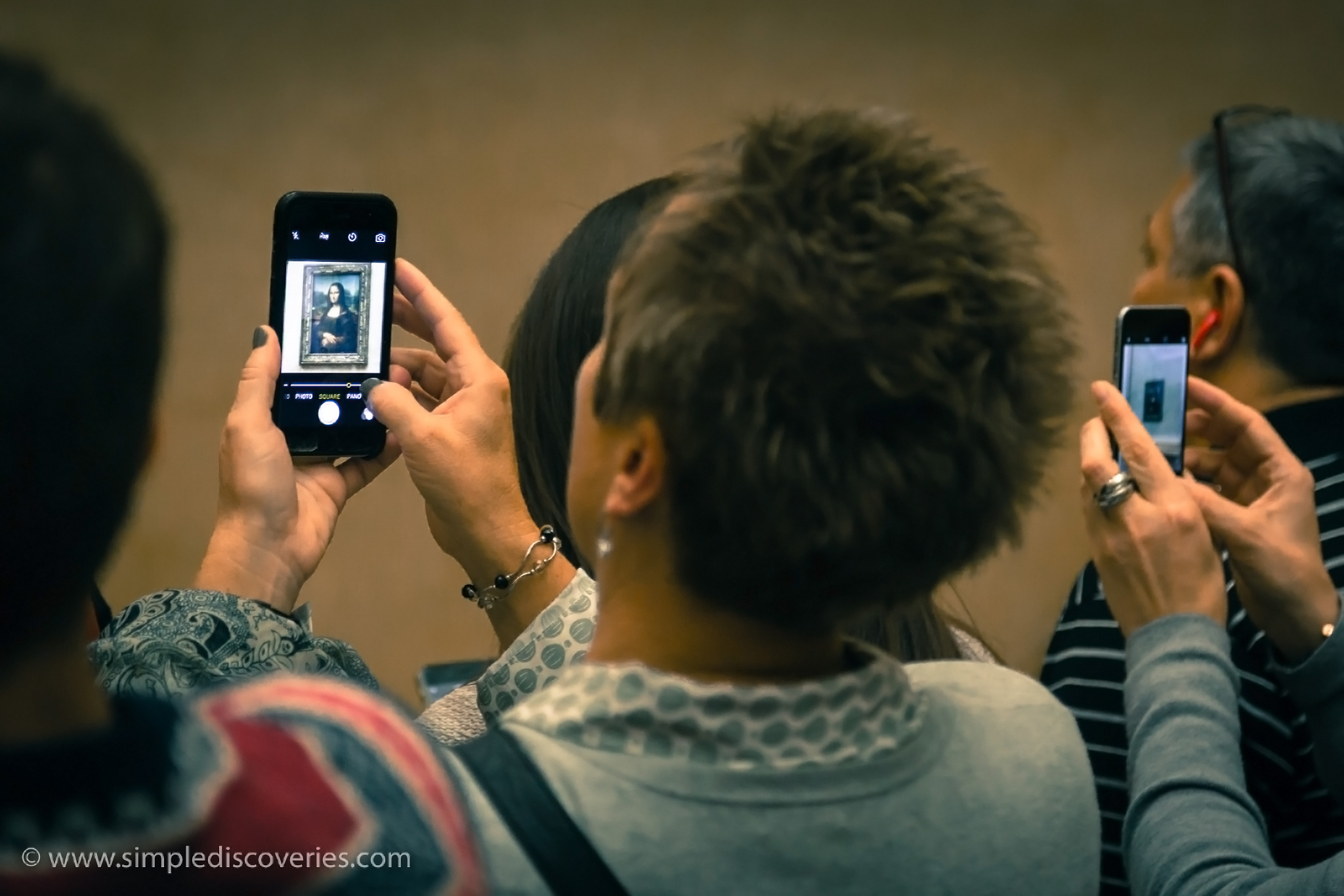 mona_lisa_cellphone_tourists
