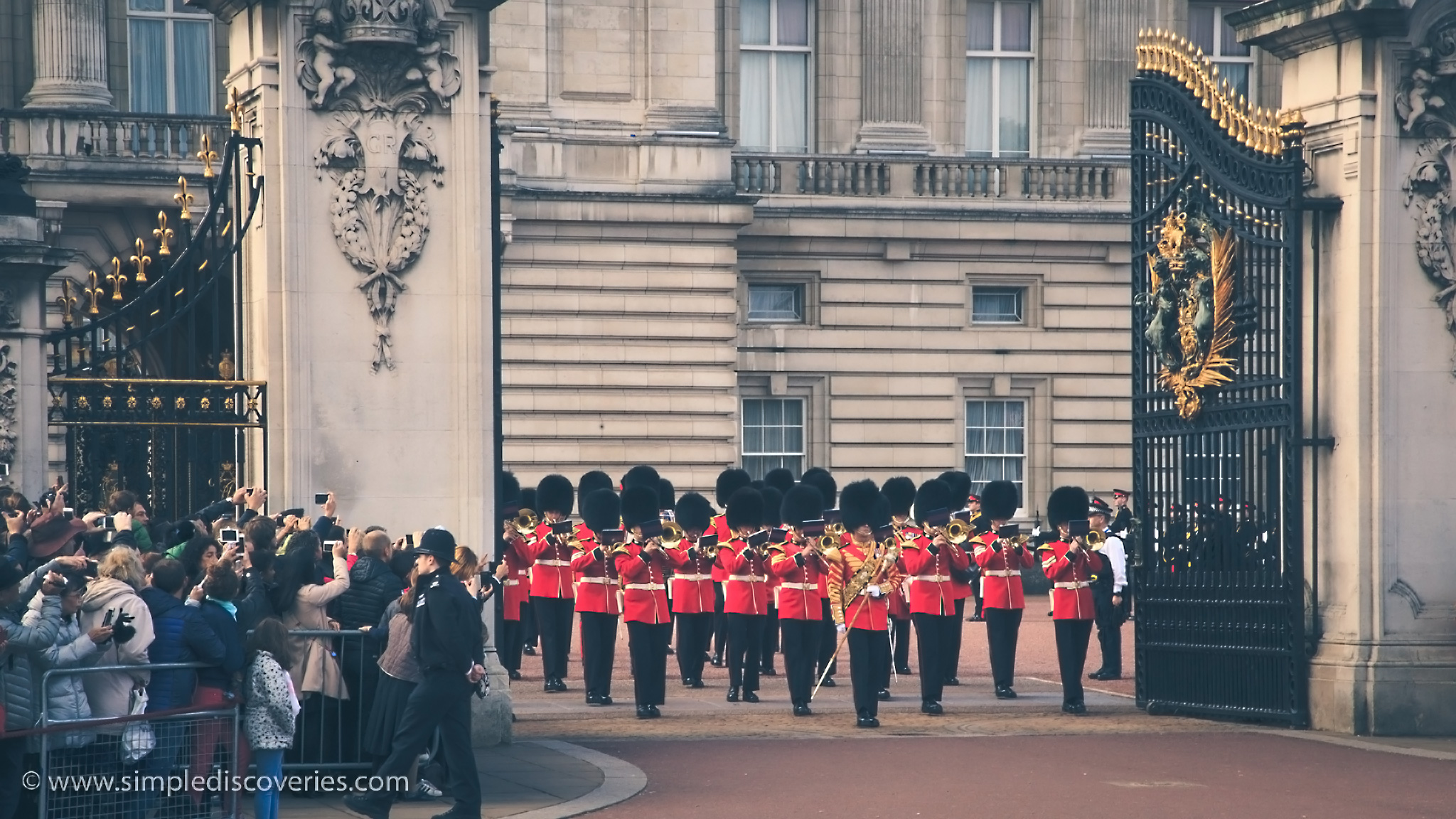 buckingham_palace_marching