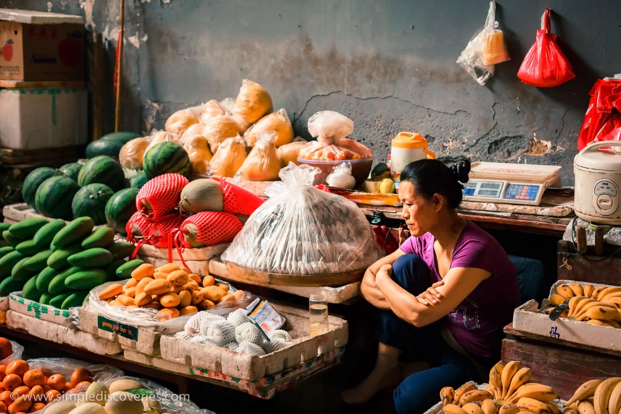 yangshuo_market_woman_china