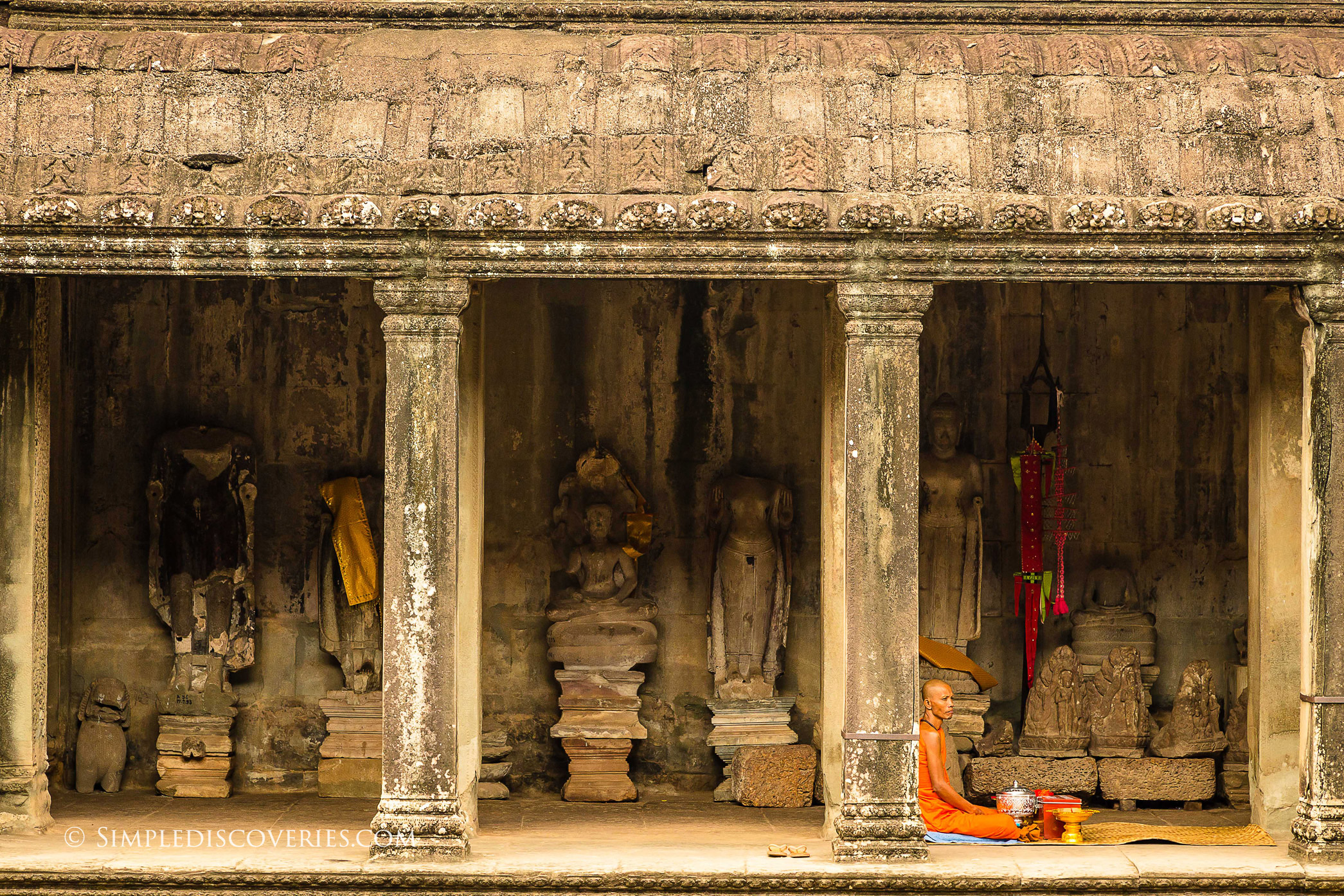 monk_in_angkor_wat_cambodia