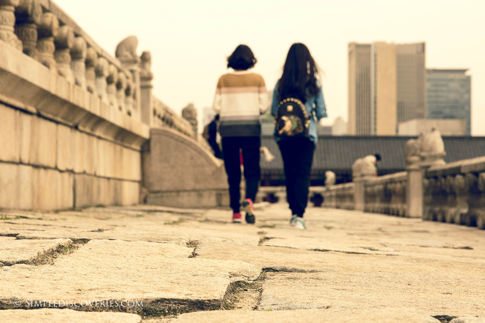 walking_gyeongbokgung_seoul_korea
