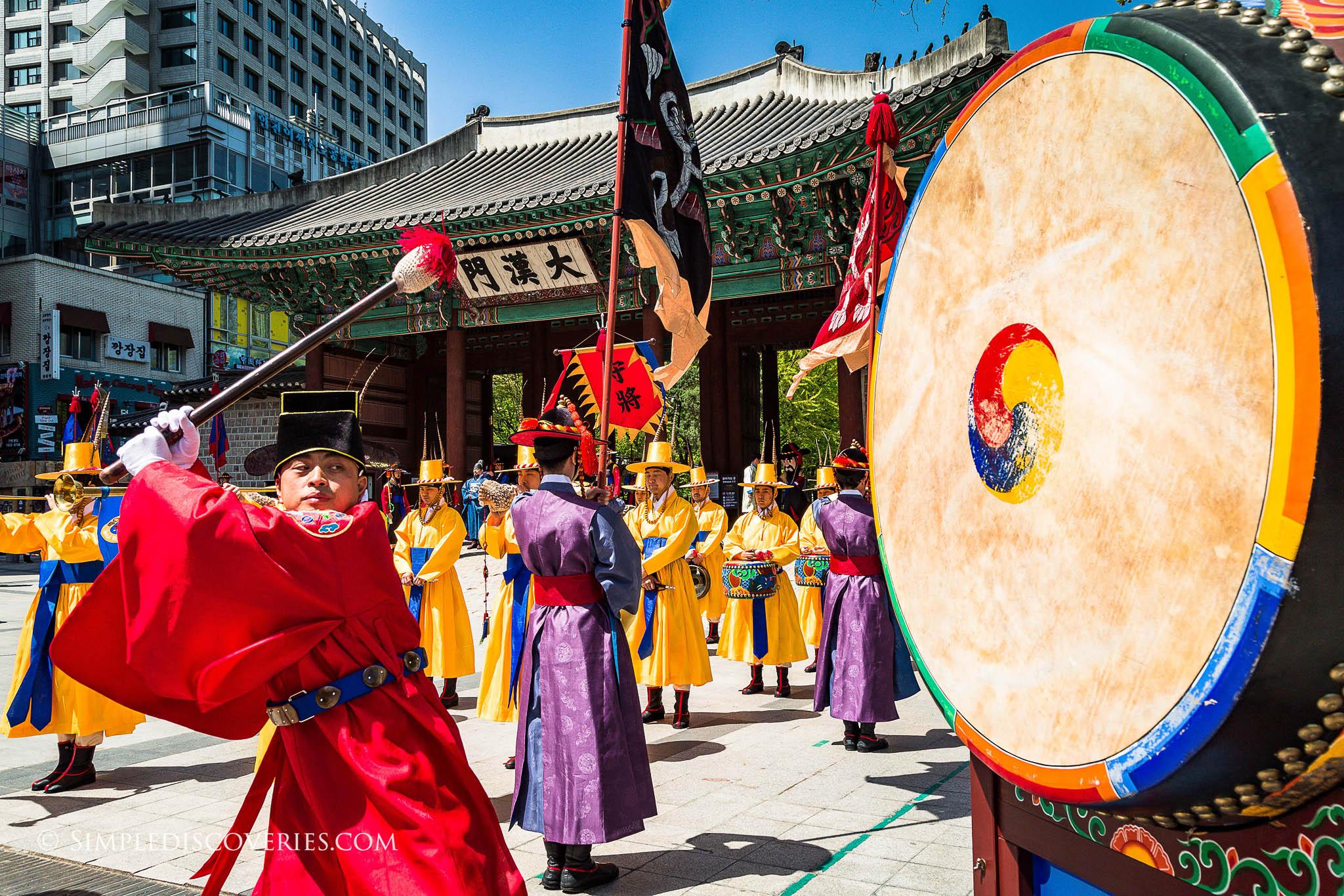deoksugung_guard_drumming_south_korea