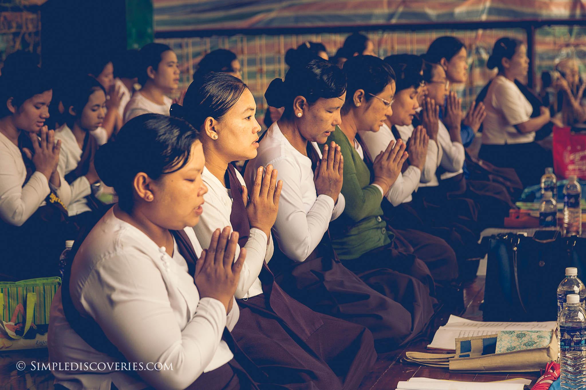praying_in_shwedagon_pagoda