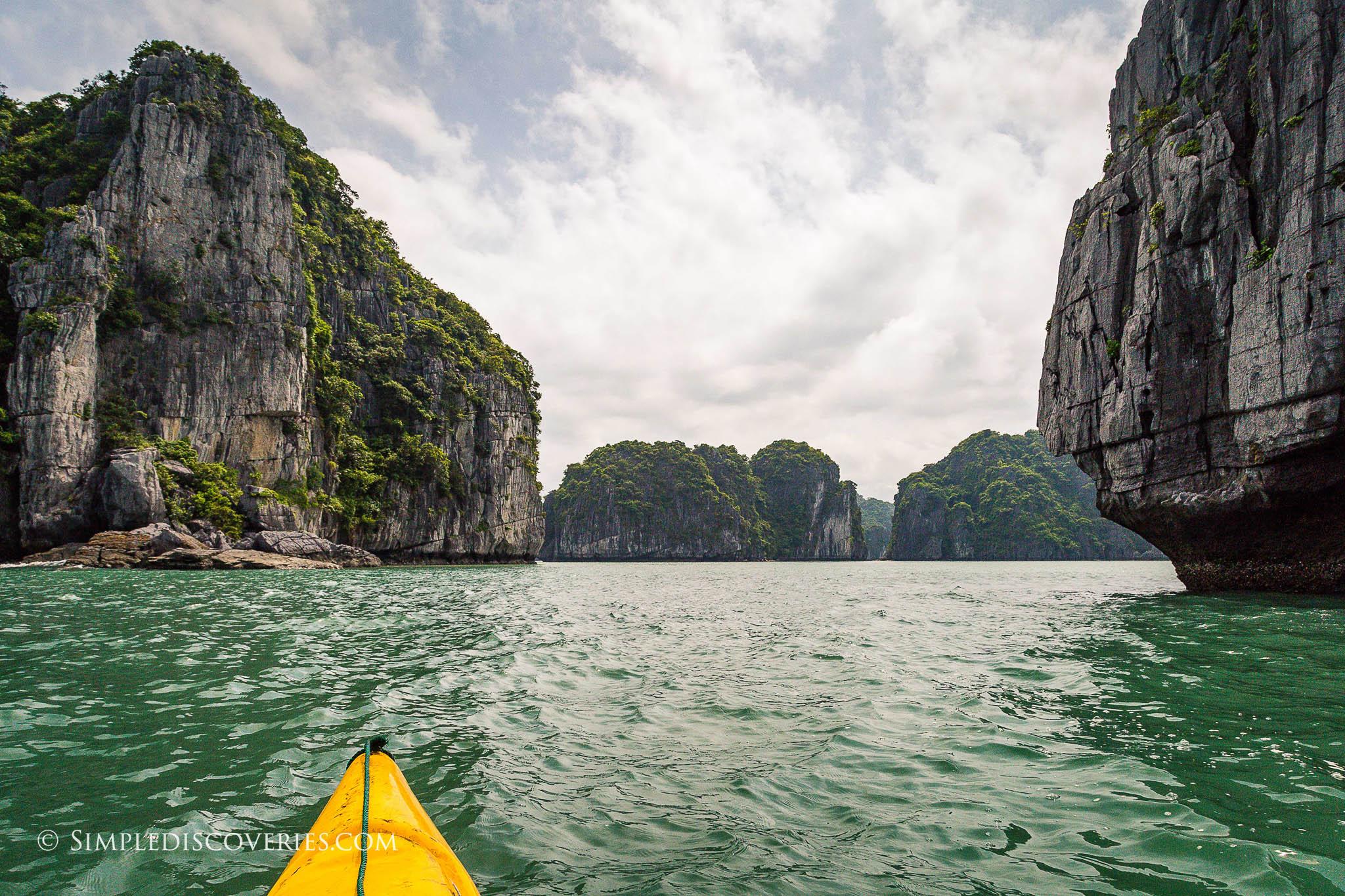 kayaking_in_bai_tu_long_bay_vietnam