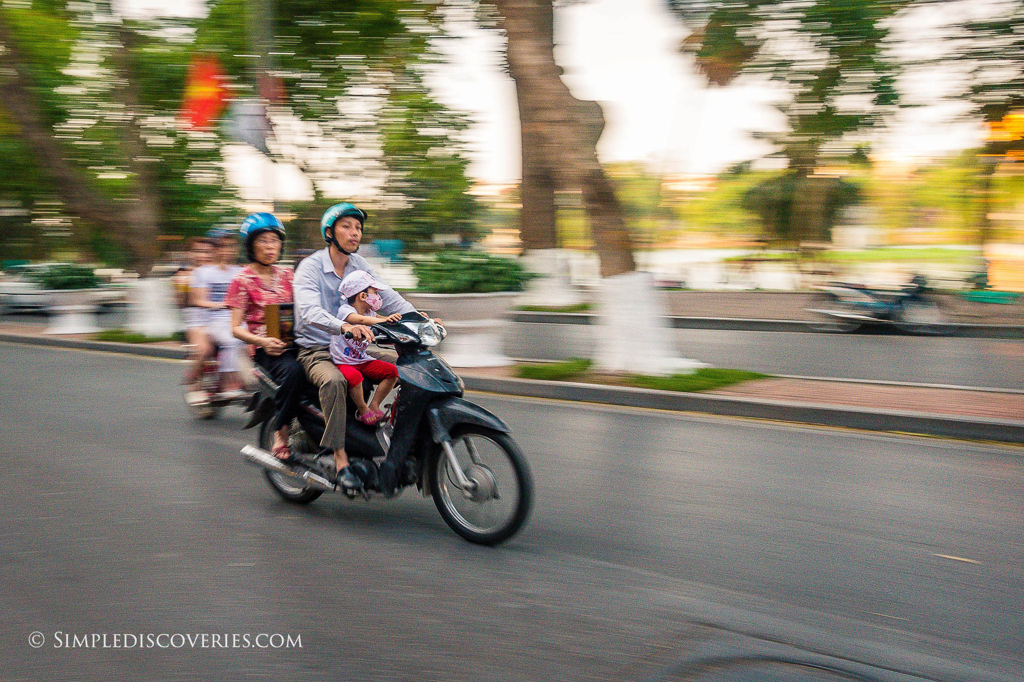 hanoi_motorcycle_family_vietnam