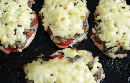 Курица в духовке с помидорами и сыром и грибами