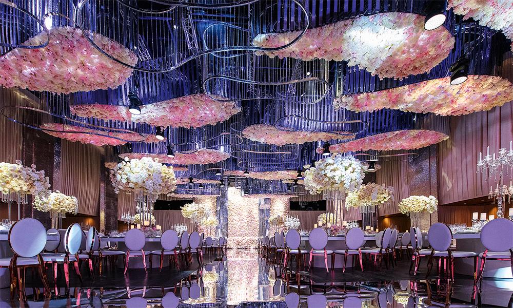 """На время торжества концертный зал """"Барвиха Luxury Village"""" преобразился. """"Основной акцент мы сделали на оформление потолка. В основу декора легли три элемента: хрусталь, зеркала и цветы - гортензии, пионы, розы. Для нас было счастьем поработать с Настасией: у нее потрясающее чувство стиля"""", - рассказала HELLO! руководитель агентства LID'S EVENTHOUSE Лидия Симонова"""