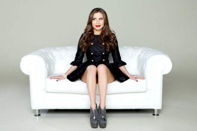 Юлия Михалкова фото на диване
