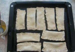 Пирожки со сгущенкой из слоеного теста