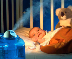 увлажнитель возле кроватки малыша