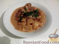 Фото к рецепту: Кролик тушеный с картошкой и сыром
