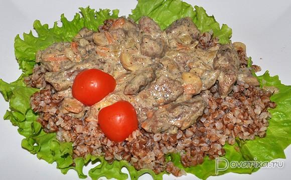 Печень в сливочном соусе с грибами