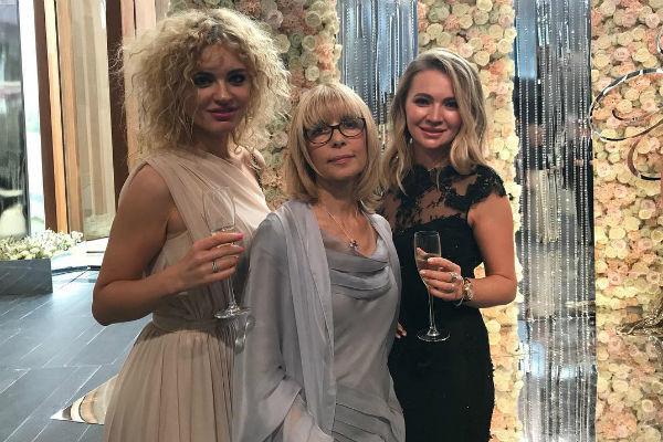 Вера Глаголева появилась на свадьбе дочери в утонченном платье