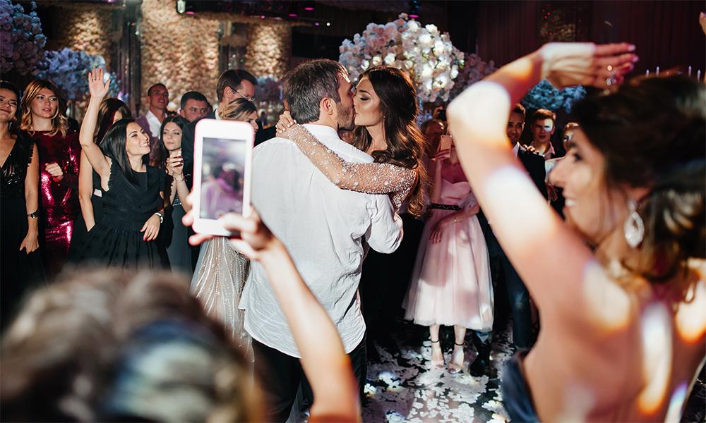 """Во время танца жениха и невесты и их родителей под песню """"Уходит девочка к другому"""" Иосифа Кобзона даже самые стойкие гости расчувствовались"""
