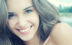 Белозубая улыбка милой девушки